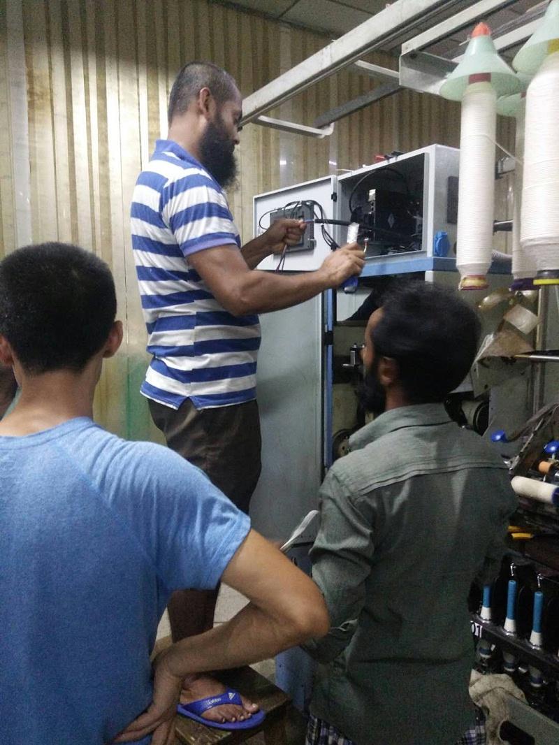 上海卓鹏技术人员与孟加拉工作人员一起安装竹节纱装置