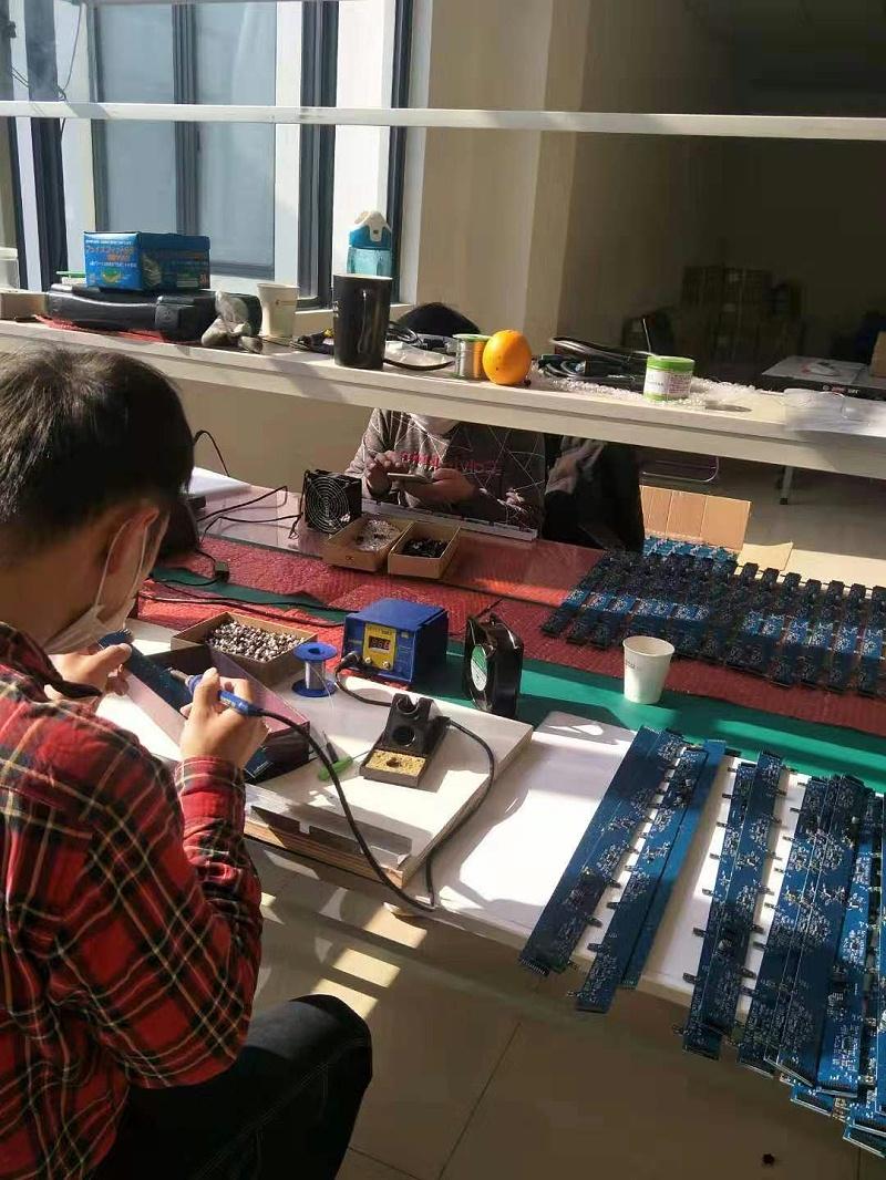 卓鹏工人在新厂房工作